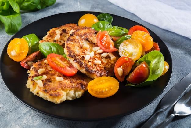 Ricotta-pannenkoeken met spinazie, tomaten, basilicum en pijnboompitten sal