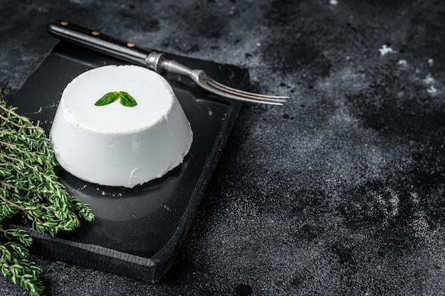Ricotta roomkaas op marmeren bord met tijm