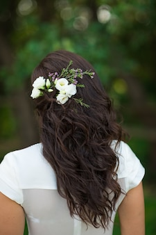 Ridal kapsel van de bruid met bloemdecoraties close-up