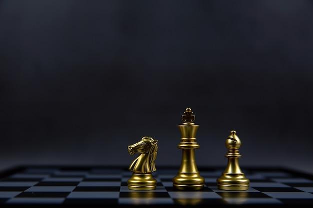Ridder koning en bisschop schaakstuk is op een schaakbord.