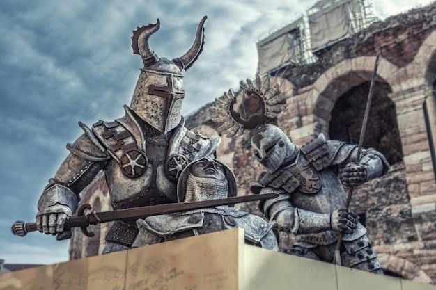 Ridders in glanzende harnassen in een fort