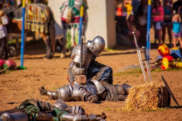 Ridders van het renaissance-festival vechten met hun wapenrusting