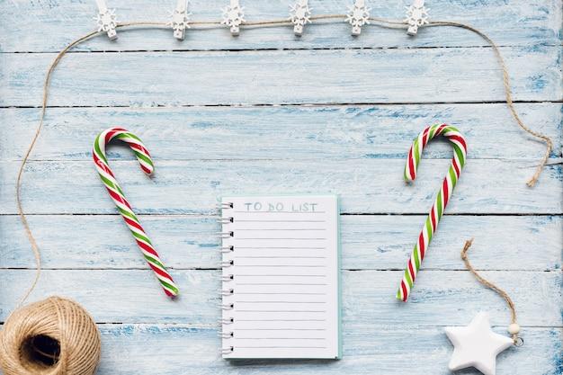 Riet van het suikergoed en om lijst op blauw en wit te doen