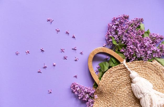 Rieten handtas met lila bloemen