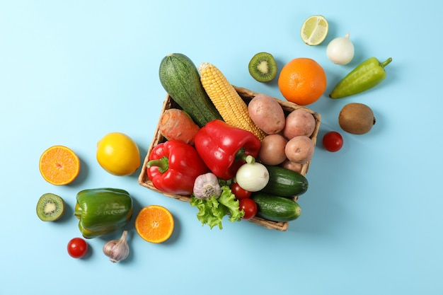 Rieten mand en groenten op blauw rieten mand en groenten op blauw