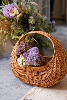 Rieten mand met verse bloemen