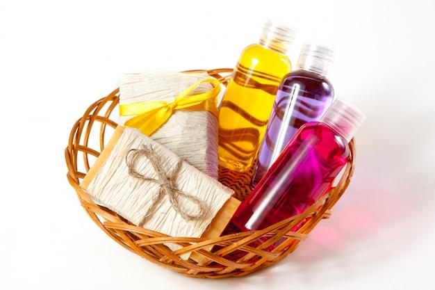 Rieten mand met wijnen met cosmetische producten voor lichaamsverzorging