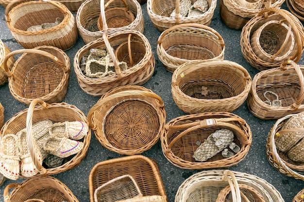 Rieten manden gemaakt van stro. russische ambachtelijke en handgemaakte souvenirs