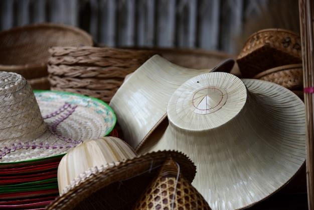 Rieten markt. rotan mand. rotan of bamboe handwerk handgemaakt uit natuurlijke stro mand.