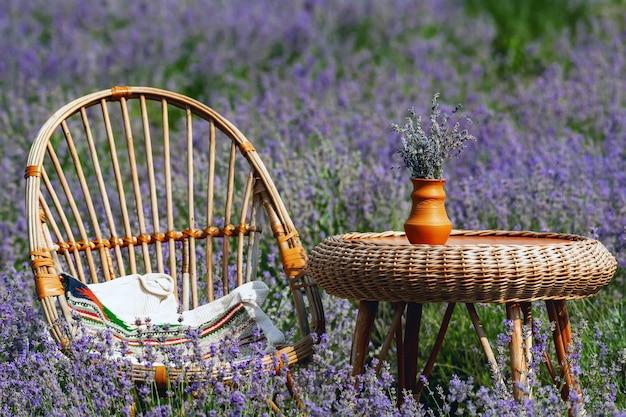 Rieten meubels in een lavendelveld, compositie