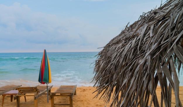 Rieten paraplu op het strand in de oceaan