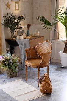 Rieten stoel en mand in een kamer