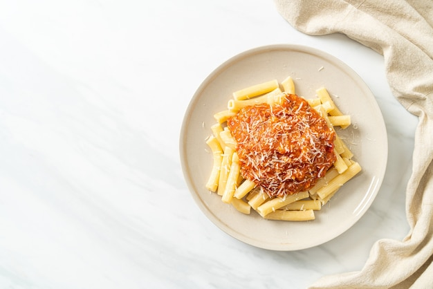 Rigatoni pasta met bolognesesaus van varkensvlees - italiaans eten