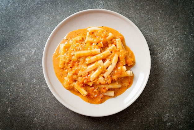 Rigatoni penne pasta romige tomaat of roze saus