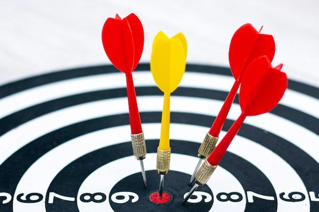Right to target-concept met behulp van darts in bulseye