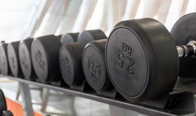 Rij dumbbells in een moderne sportschool