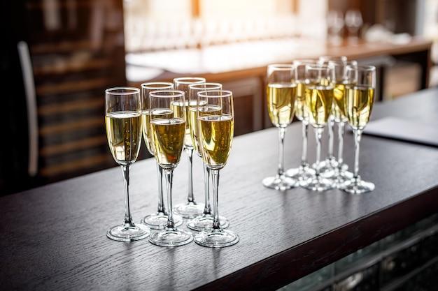 Rij glazen gevuld met koude champagne.
