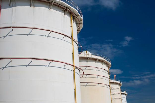 Rij grote witte tanks voor benzineolie