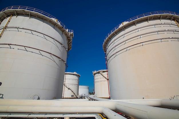 Rij grote witte tanks voor olie en gas in de pijpleiding van benzine