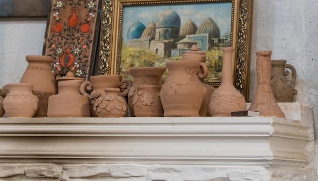 Rij kleipotten op de achtergrond van schilderijen. knutselen voor kinderen