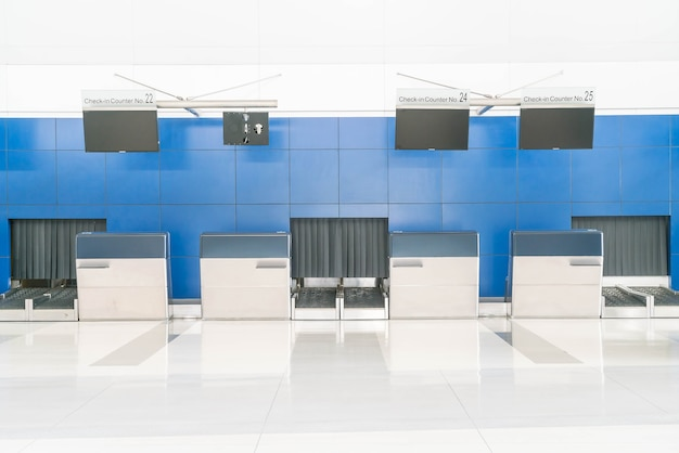 Rij lege check-in balie op internationale luchthaven