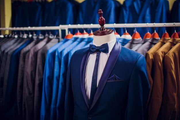 Rij mannen passen jassen op hangers