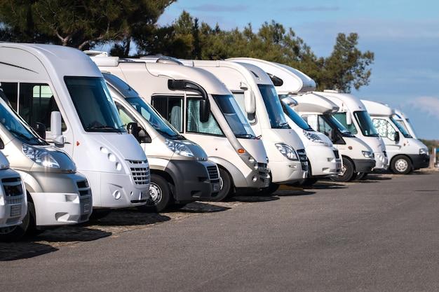 Rij met auto caravans