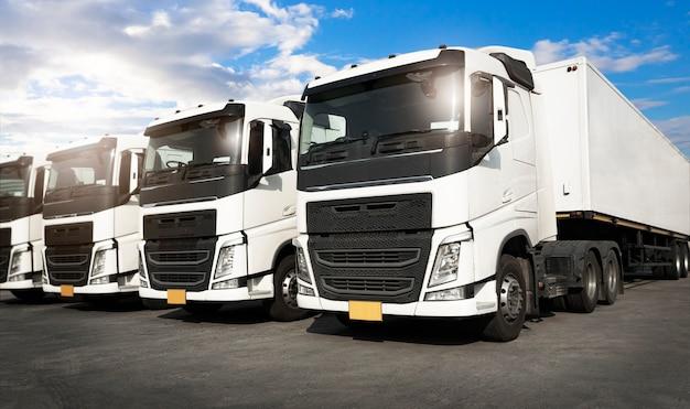 Rij met opleggers die parkeren bij blue sky industry road freight truck transport and logistics