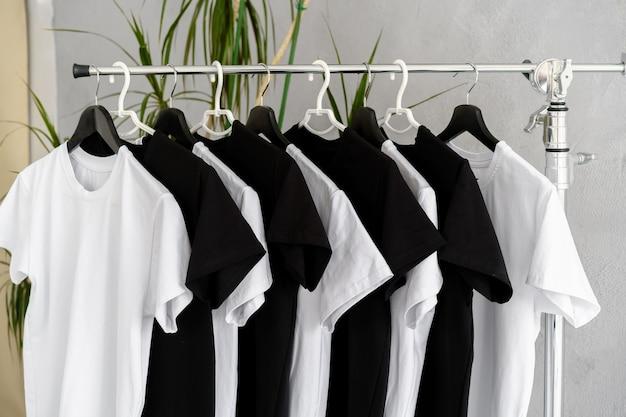 Rij met zwart-witte t-shirts die aan het rek hangen