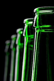 Rij open groene bierflesjes. close-upweergave