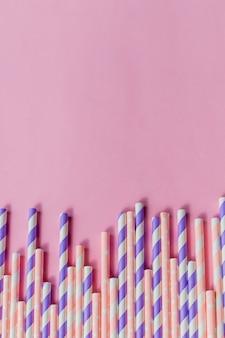 Rij rietjes met streep en polka dot ontwerp grens op roze achtergrond