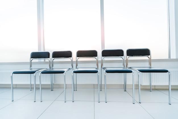Rij stoelen in de kantoorgang. foto met kopieerruimte