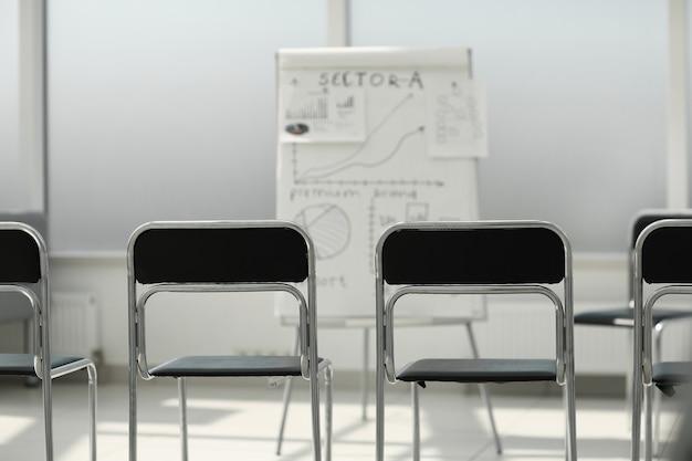 Rij stoelen in de vergaderruimte. foto met kopieerruimte