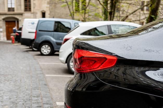 Rij van aan straatkant geparkeerde auto's. uitzicht op de achterkant van auto's