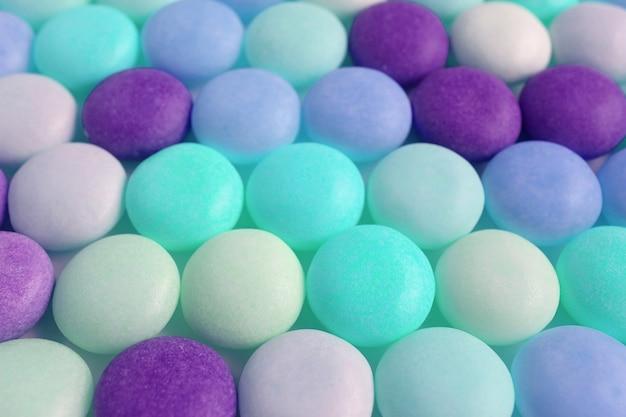 Rij van aqua blue en purple color tone ronde gevormde snoepjes voor achtergrond