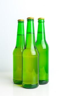 Rij van bierflessen