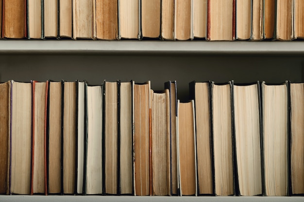 Rij van boeken als achtergrond, literatuurconcept