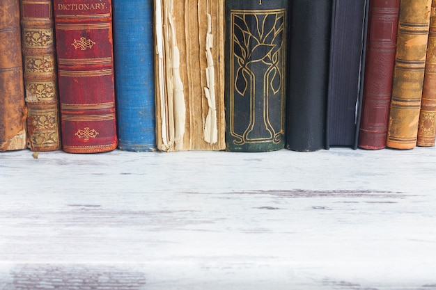 Rij van boeken op wit houten bureaublad