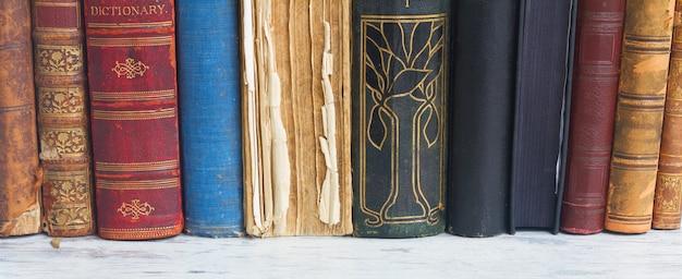 Rij van boeken op witte houten desktopbanner