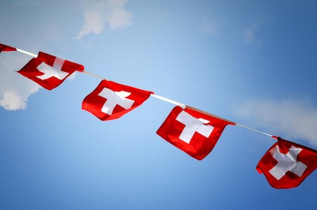 Rij van bunting met de zwitserse nationale vlag