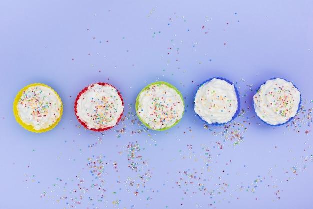 Rij van cupcakes met hagelslag