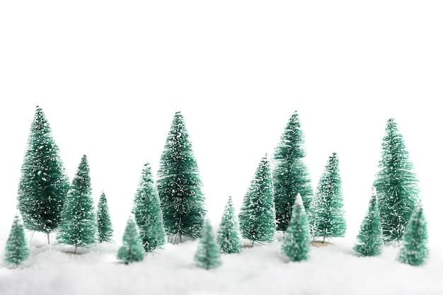 Rij van dennen kerstbomen geïsoleerd op een witte achtergrond new years achtergrond