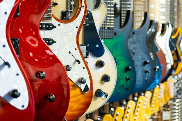 Rij van elektrische gitaren verschillende kleur in een winkel voor muziekinstrumenten instruments