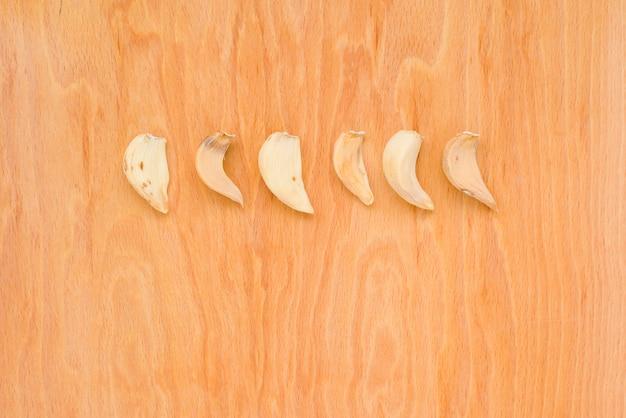 Rij van gedroogde garlics in horizontale foto op houten achtergrond