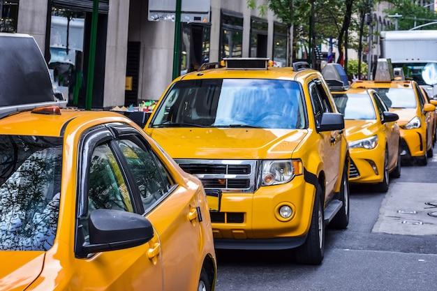 Rij van gele taxi's uit new york city op straat. concept van vervoer en reizen. manhattan, new york, verenigde staten.