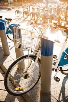 Rij van geparkeerde uitstekende fietsenfietsen voor huur op stoep