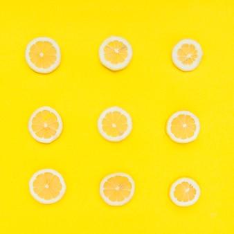 Rij van gesneden citrusvruchten op gele achtergrond
