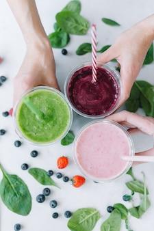 Rij van gezonde verse groenten en fruit smoothies met diverse ingrediënten