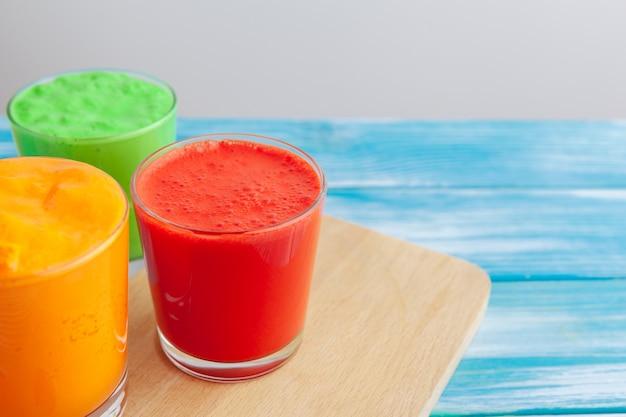 Rij van gezonde verse groenten en fruit smoothies