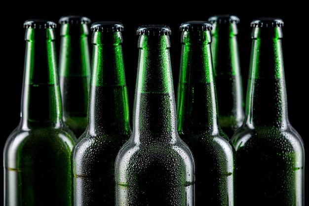 Rij van glazen flessen bier
